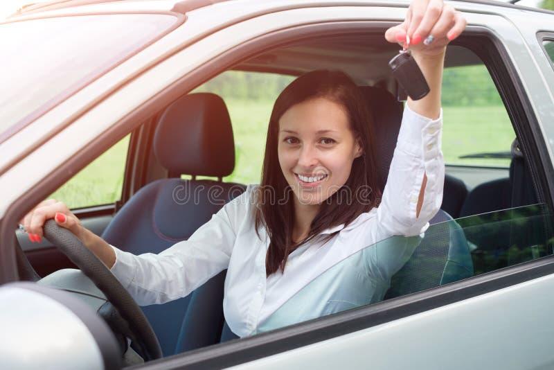 Jeune femme heureux dans son véhicule photos libres de droits