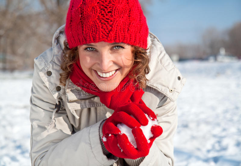 Jeune femme heureux jouant le combat de boule de neige photos libres de droits