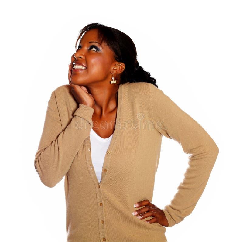 Jeune femme heureux recherchant photo stock