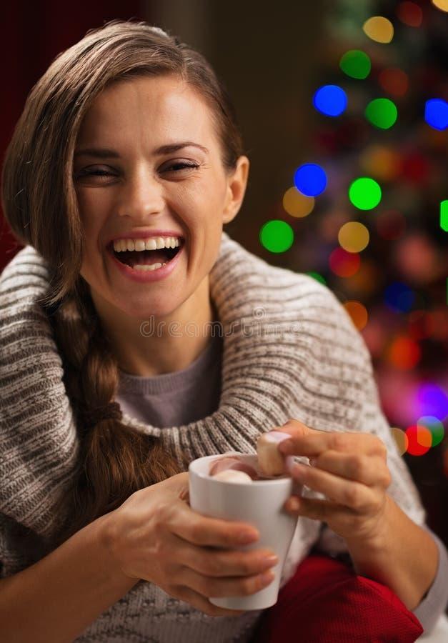 Jeune femme heureux sortant la guimauve de la cuvette images libres de droits