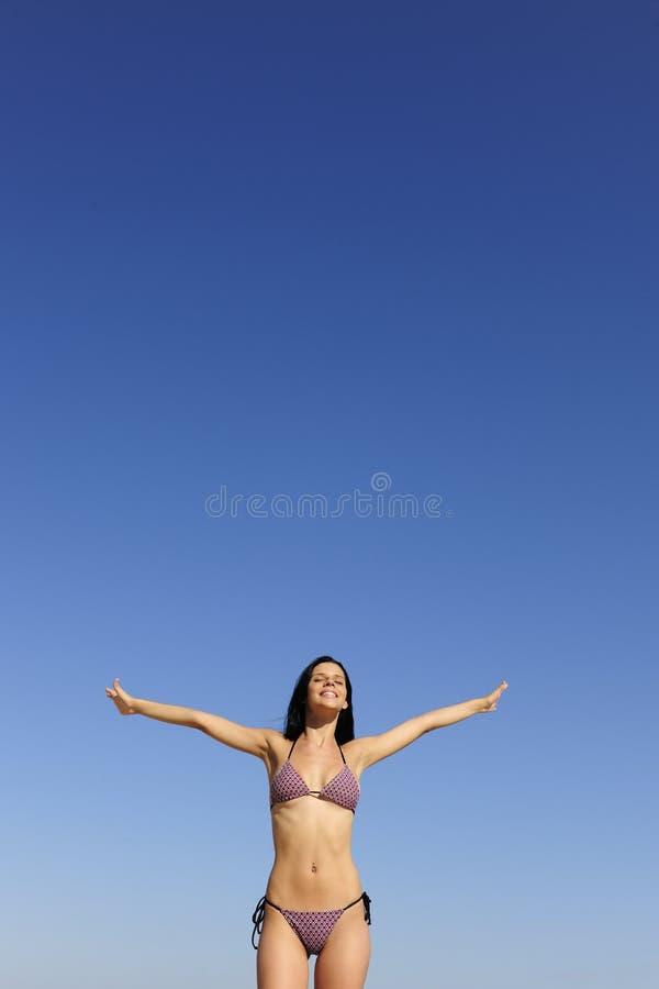 Jeune femme heureux sur la plage photographie stock libre de droits