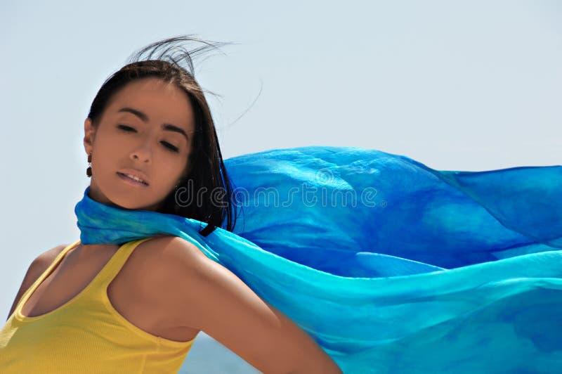 Jeune femme hispanique à l'extérieur photo stock