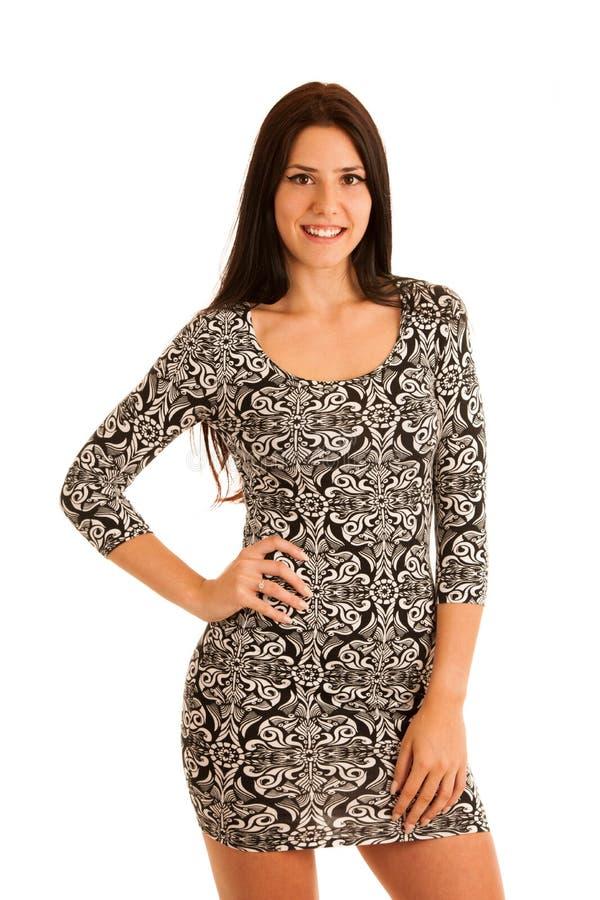 Jeune femme hispanique attirante dans le summe noir et blanc de stilysh images libres de droits