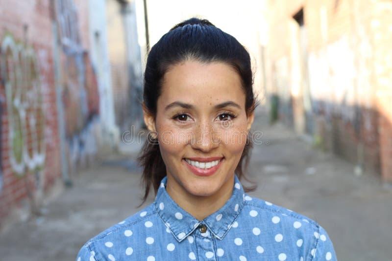 Jeune femme hispanique avec des taches de rousseur mignonnes et un beau sourire images stock
