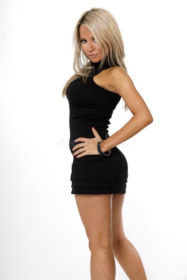 Jeune femme hispanique chique portant la robe noire image stock