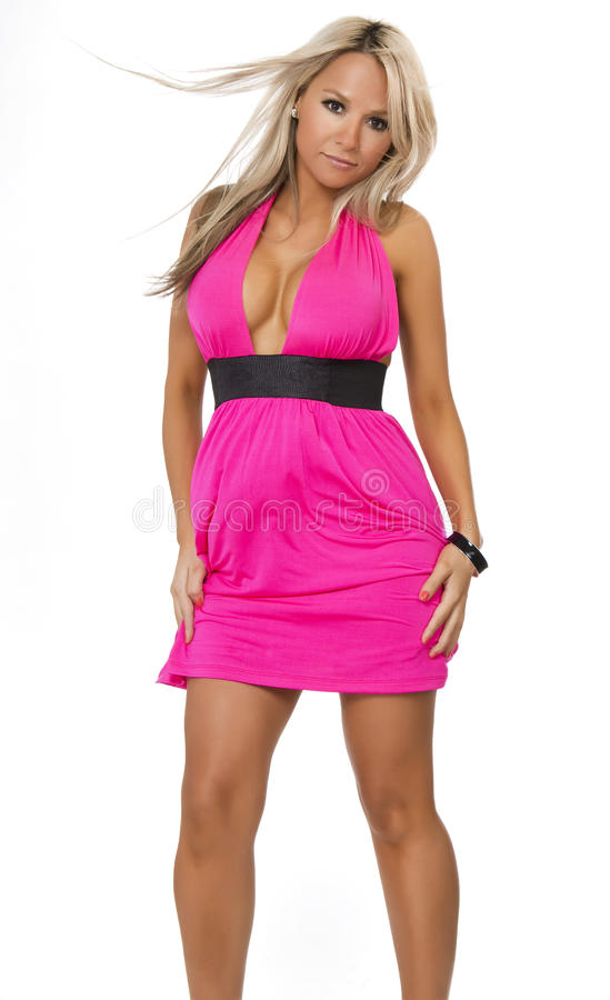 Jeune femme hispanique chique portant la robe rose photo stock