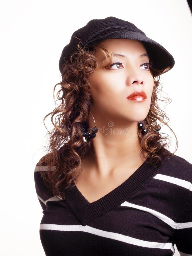 Jeune femme hispanique dans le chapeau noir et le chandail photos stock