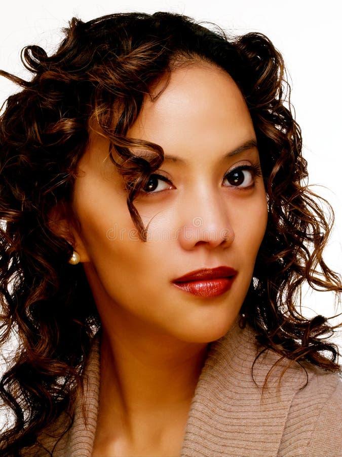 Jeune femme hispanique en verticale brune de chandail images stock