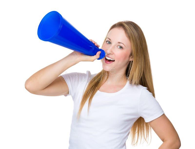 Jeune femme hurlant dans le mégaphone photo stock