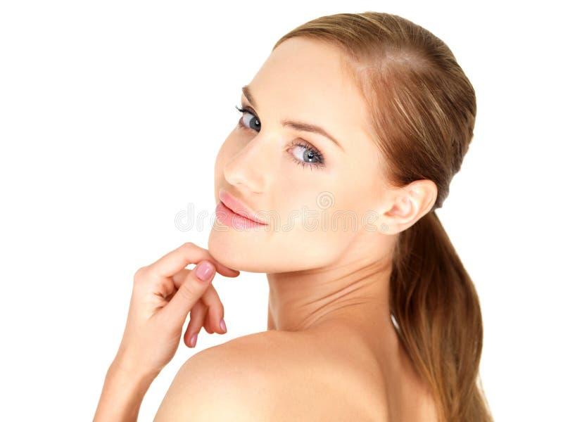 Jeune femme impeccable nue avec la main sur le Chin photo stock