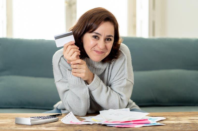 Jeune femme ind?pendante attirante semblant heureuse et enthousiaste avec la carte de cr?dit et les finances images libres de droits