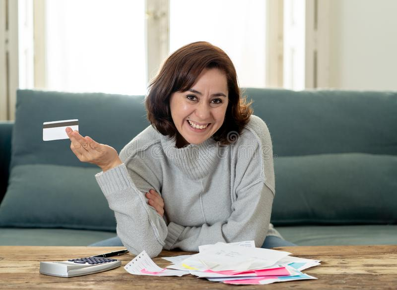 Jeune femme ind?pendante attirante semblant heureuse et enthousiaste avec la carte de cr?dit et les finances photo libre de droits