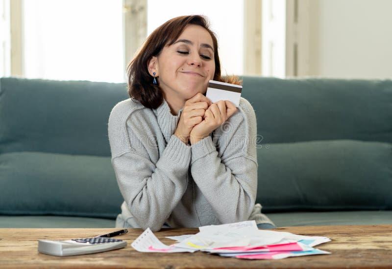 Jeune femme ind?pendante attirante semblant heureuse et enthousiaste avec la carte de cr?dit et les finances image stock