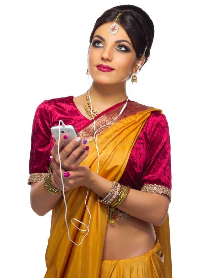 Jeune femme indienne d'isolement photos stock