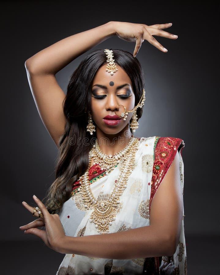 Jeune femme indienne dans l'habillement traditionnel avec le maquillage nuptiale et les bijoux image stock