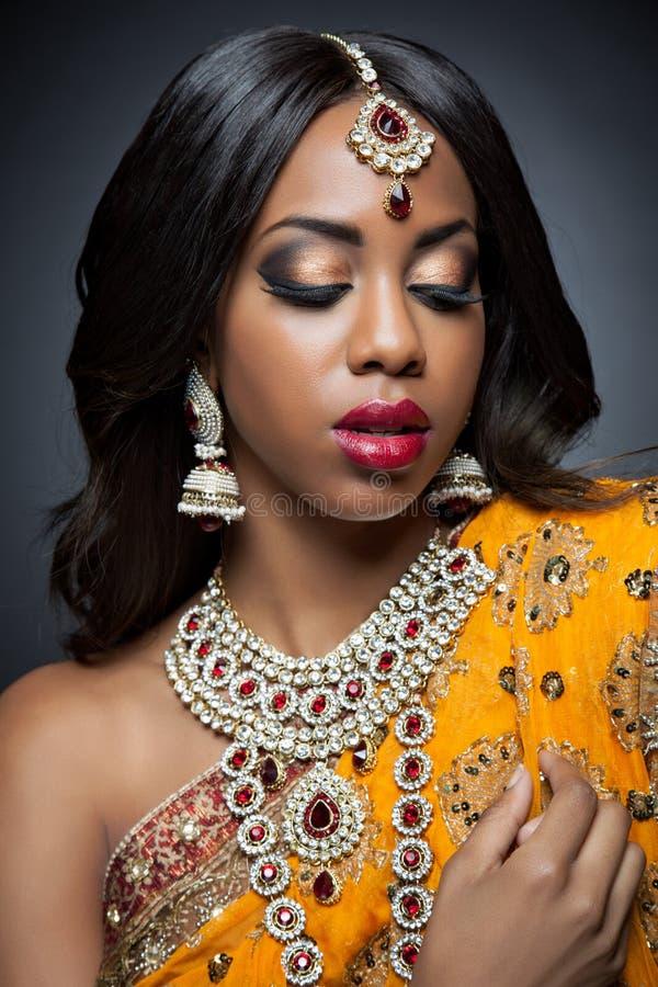 Jeune femme indienne dans l'habillement traditionnel avec le maquillage nuptiale et les bijoux photo libre de droits