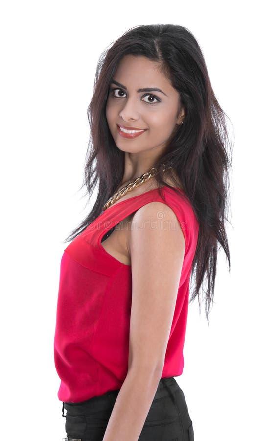 Jeune femme indienne de sourire d'isolement dans la chemise rouge photo libre de droits