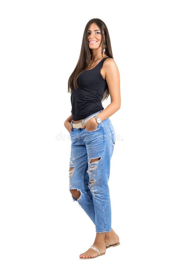 Jeune femme indienne de sourire heureuse sûre avec des mains dans des poches photographie stock