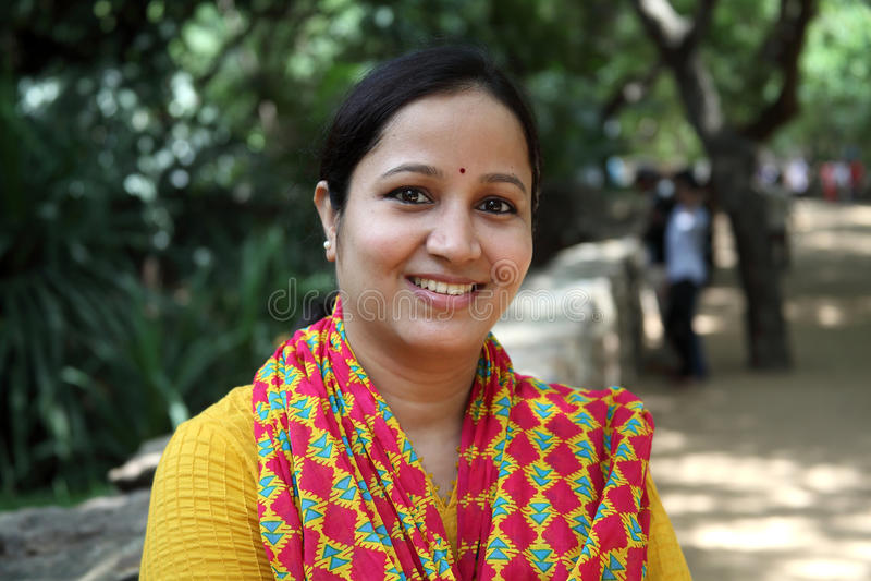 Jeune femme indienne gaie à dehors photos stock
