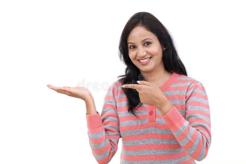 Jeune femme indienne montrant l'espace vide de copie image stock