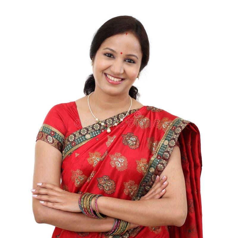 Jeune femme indienne traditionnelle avec des bras croisés images stock