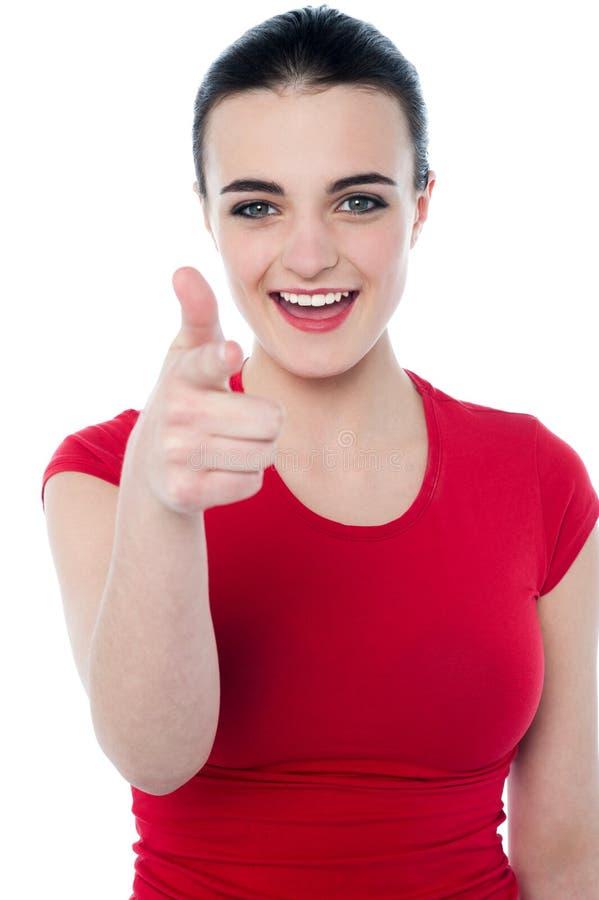 Jeune femme indiquant son doigt vous photo libre de droits