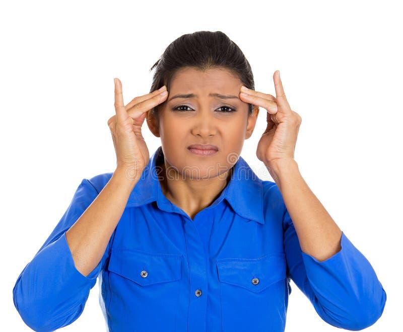 Jeune femme inquiétée ayant le mal de tête vraiment mauvais image stock