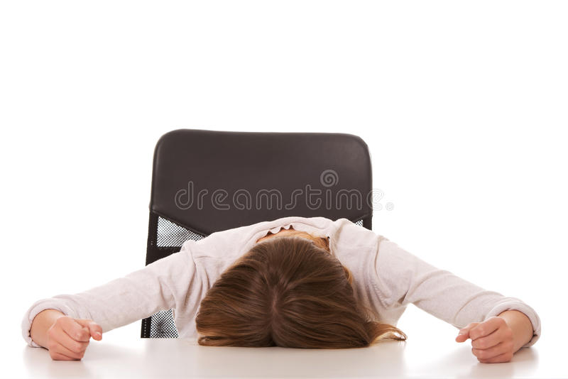 Jeune femme inquiétée dormant au bureau photos libres de droits