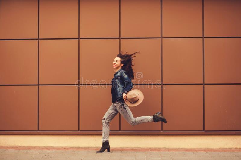 Jeune femme insouciante photos stock