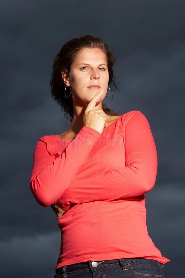 Jeune femme intense photographie stock libre de droits