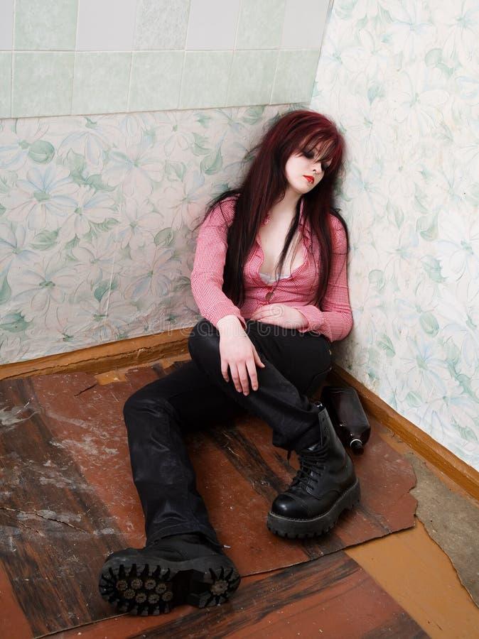 Jeune femme ivre photographie stock libre de droits