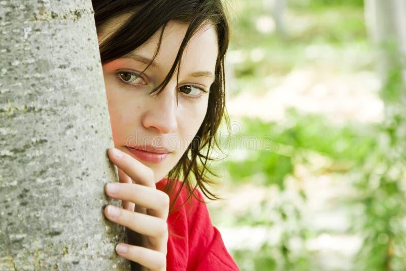 Jeune femme jouant à cache-cache image stock
