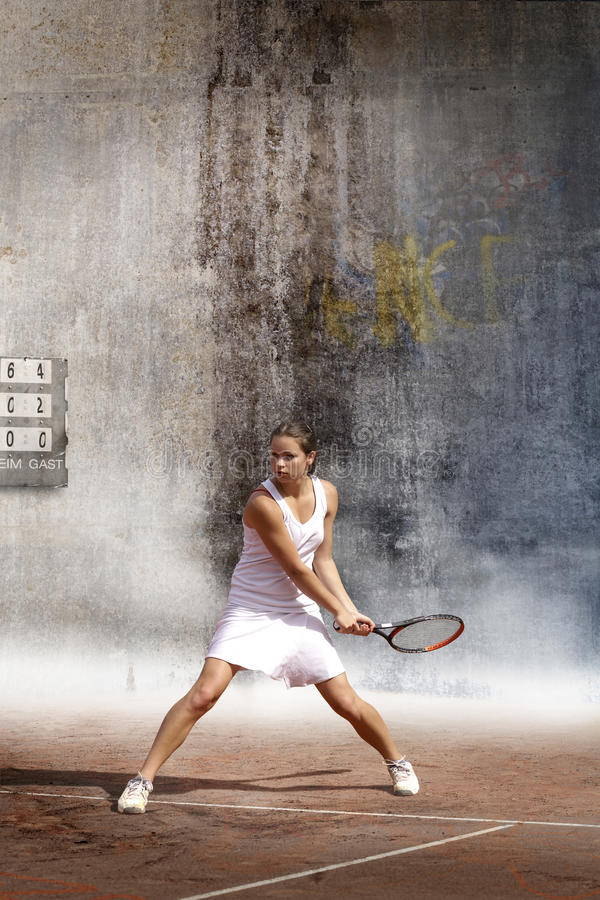 Jeune femme jouant au tennis photographie stock