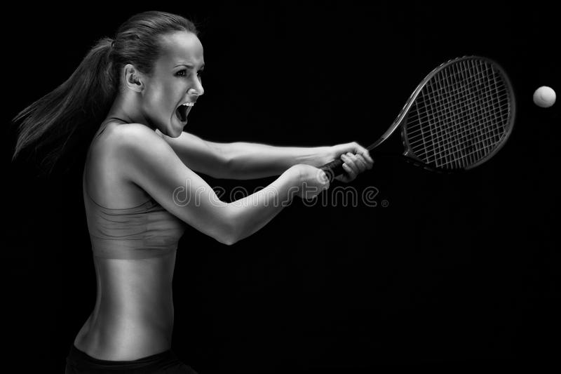 Jeune femme jouant au tennis photo libre de droits