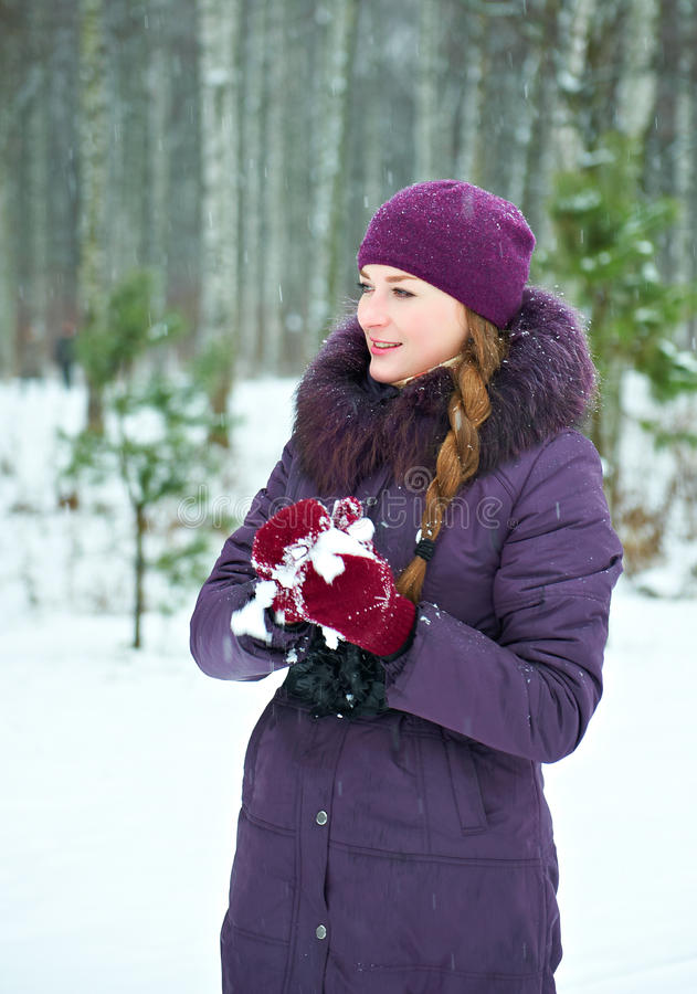 Jeune femme jouant dans des combats de boule de neige photos stock