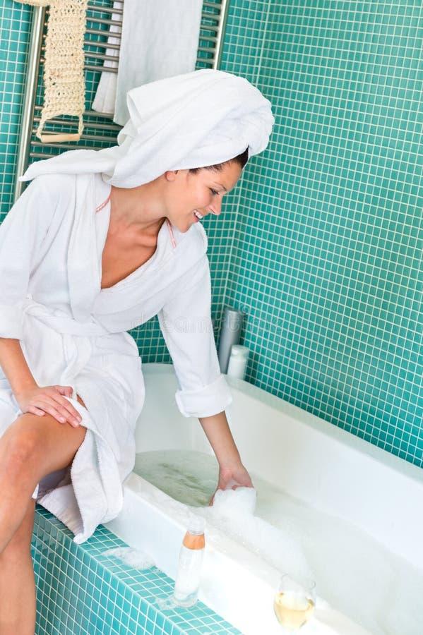 Jeune femme jouant l'hygiène de bubblebath de salle de bains de mousse photo stock