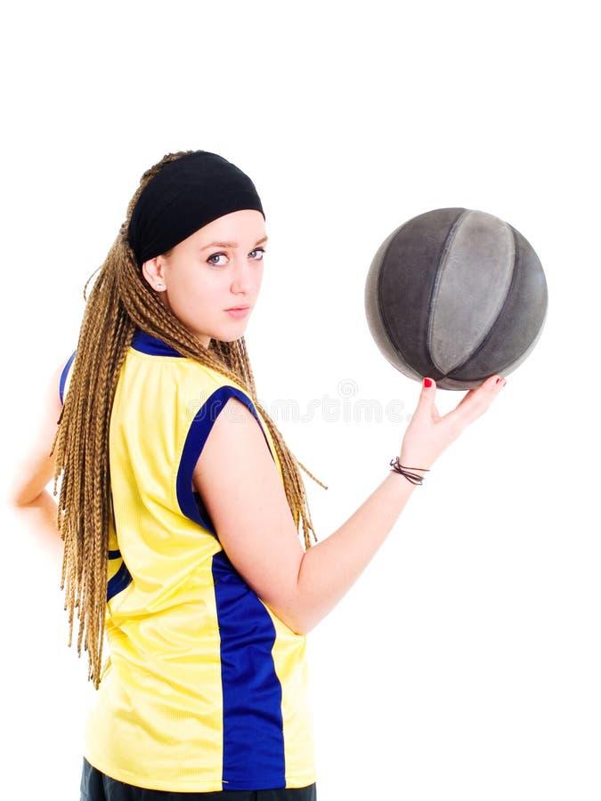 Jeune femme jouant le jeu avec le basket-ball images stock