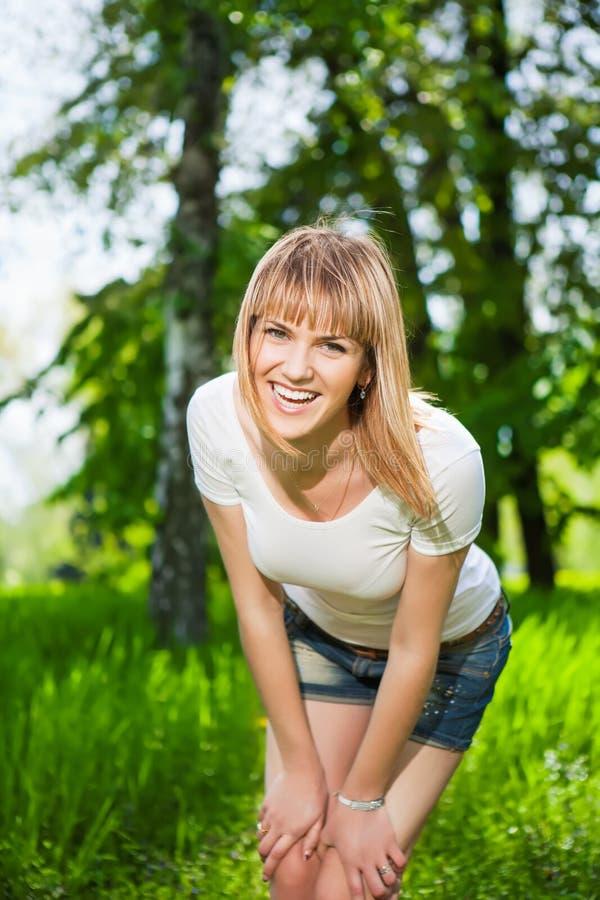 Jeune femme joyeuse photos libres de droits