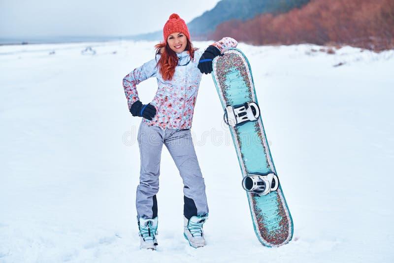 Jeune femme joyeuse de surfeur souriant et posant photos stock