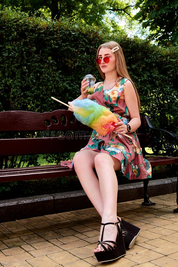 Jeune femme joyeuse heureuse avec le cocktail frais coloré de mojito de boissons de sucrerie de coton photo stock