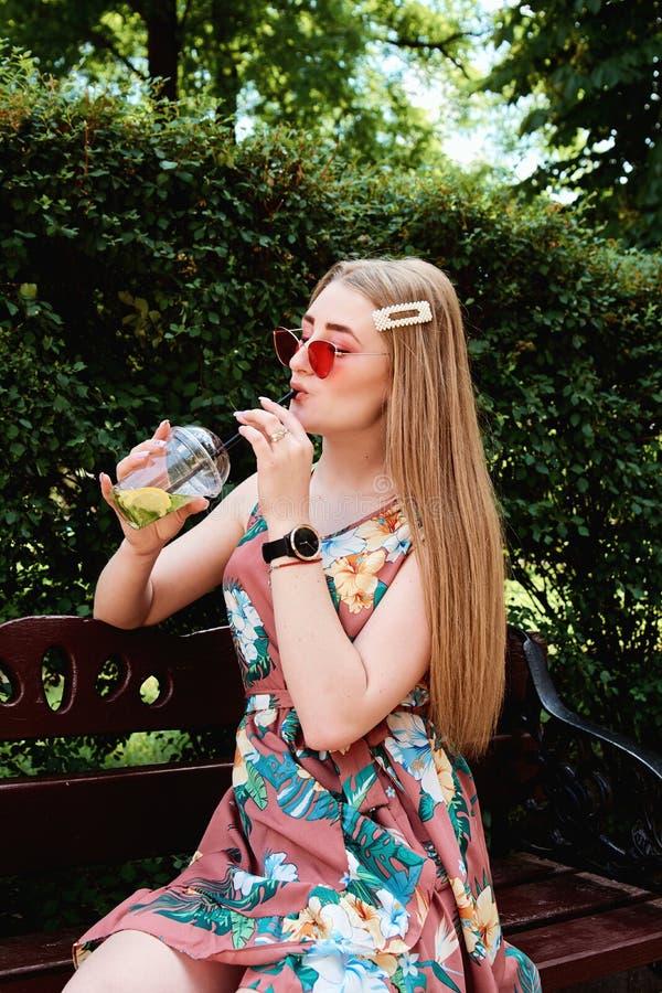 Jeune femme joyeuse heureuse avec le cocktail frais coloré de mojito de boissons de sucrerie de coton photos libres de droits