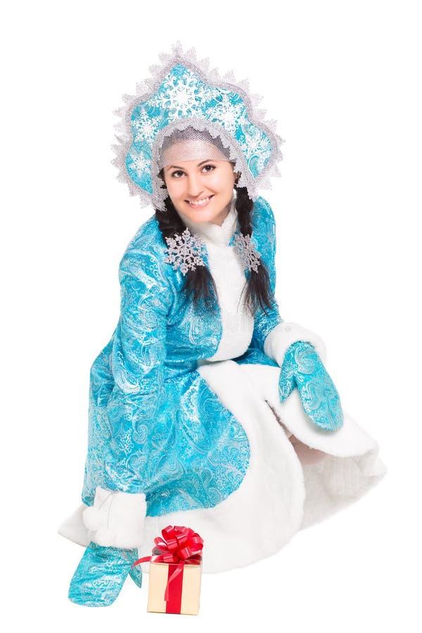 Jeune femme joyeuse posant dans le costume d'hiver images libres de droits