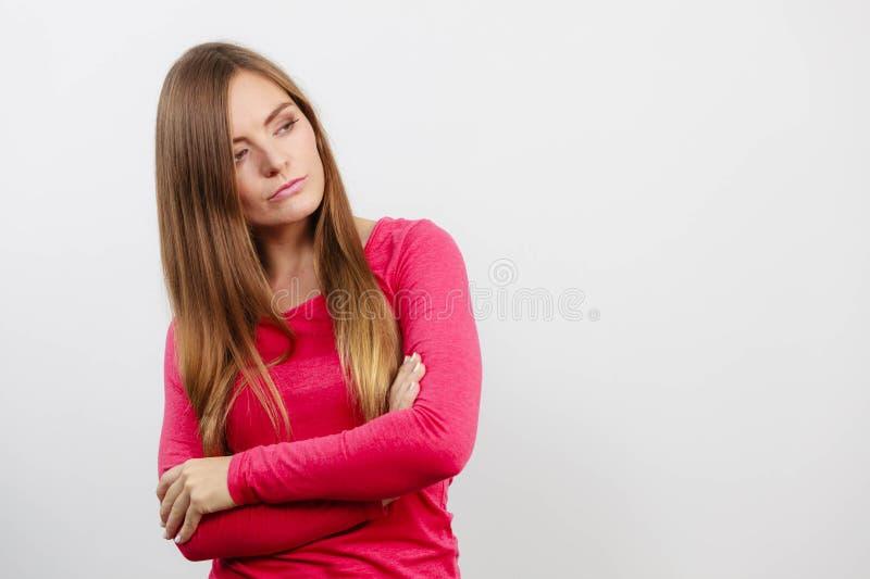 Jeune femme jugeant des bras croisés image stock
