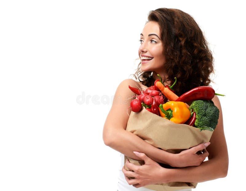 Jeune femme jugeant le panier de papier d'épicerie plein des légumes frais Concept sain de consommation de régime photographie stock libre de droits