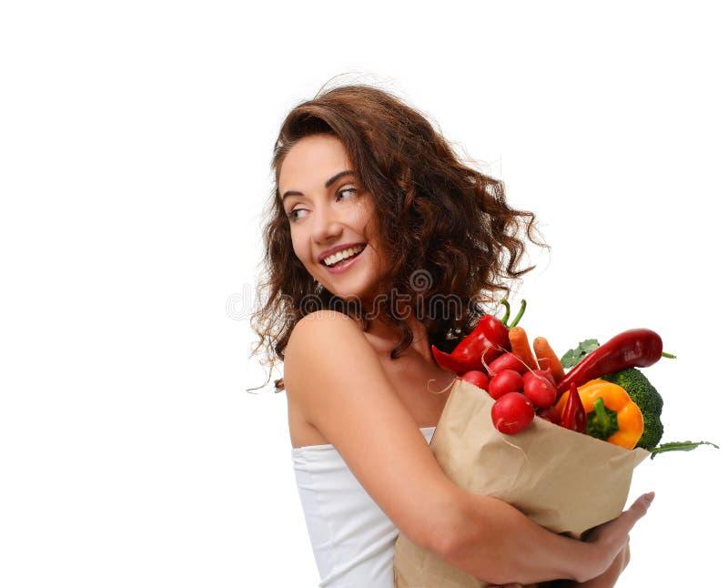 Jeune femme jugeant le panier de papier d'épicerie plein des légumes frais Concept sain de consommation de régime photos stock