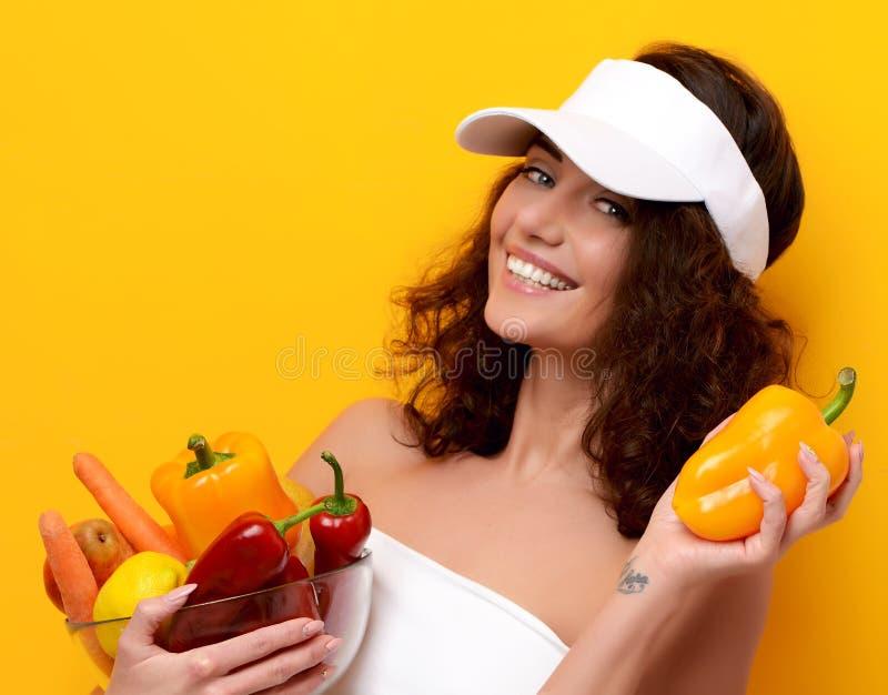 Jeune femme jugeant le plat d'épicerie plein des légumes frais photos stock