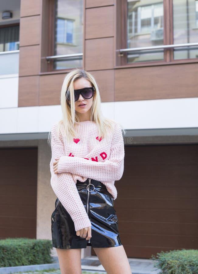 Jeune femme ? la mode posant sur la rue photos libres de droits