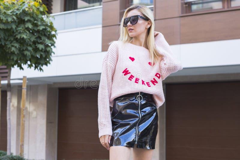 Jeune femme ? la mode posant sur la rue photo stock