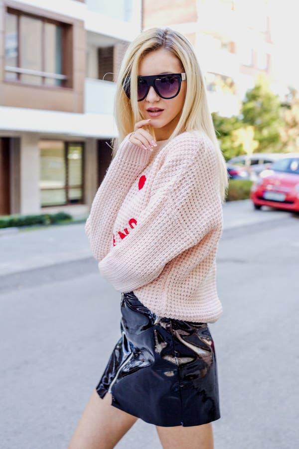 Jeune femme ? la mode posant sur la rue photo libre de droits