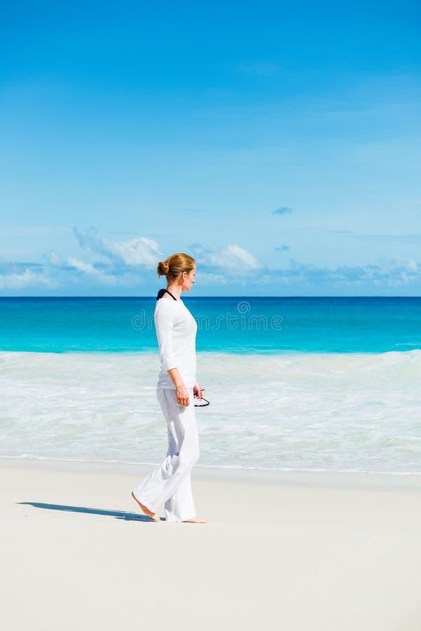 Jeune femme la plage image stock